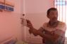 Бакберген Адильжан приехал на лечение из Хромтау. Трижды он ездил на лечение в НЦ урологии в Алматы. Камнм не раздробили, последний раз не стали это делать, у мужчины возникло подкожное кровотечение.