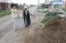 Машина песка стала единственной помощью от властей,  для пострадавшей от ливня. Раскидывала престарелая женщина его сама, защищая двор от воды.