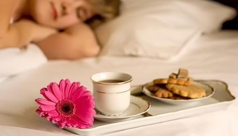 Парень приносит кофе в постель фото фото 587-273