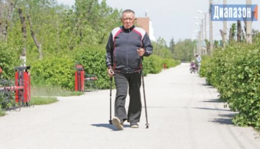 Зачем 76-летний врач ходит летом с лыжными палками