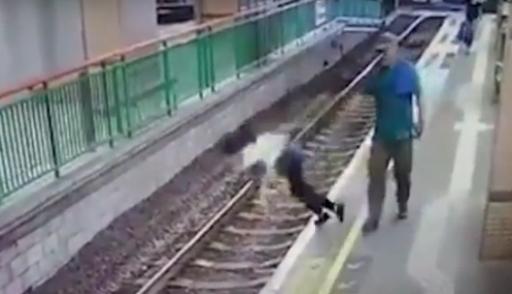 Мужчина столкнул женщину на рельсы в метро Гонконга