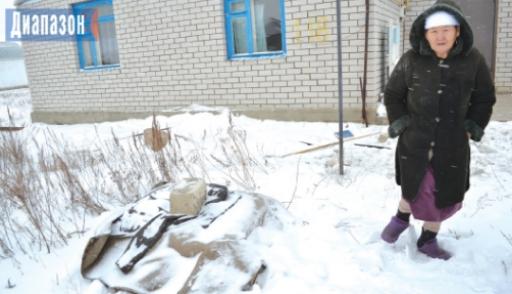 В посёлке Беккул баба пьют горькую воду из скважины