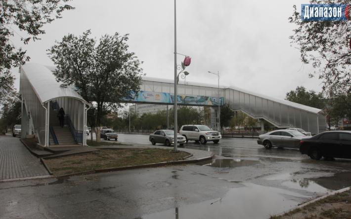 На надземном переходе в Актобе год не могут запустить лифт