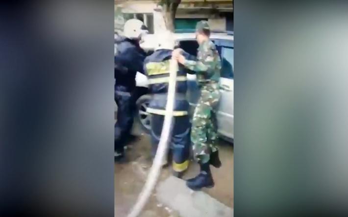 Актюбинец облил свою машину бензином и грозил самосожжением (видео)